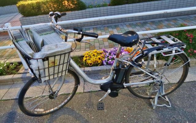 荷物を積んだ電動自転車