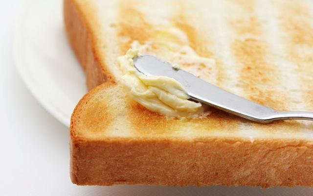 バターを塗られるトースト