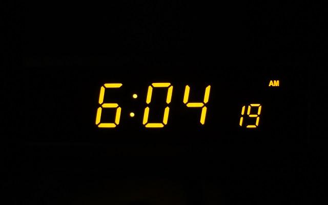暗闇の中で光るデジタル置き時計