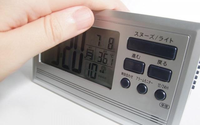 さまざまな機能のボタンがついたデジタル置き時計