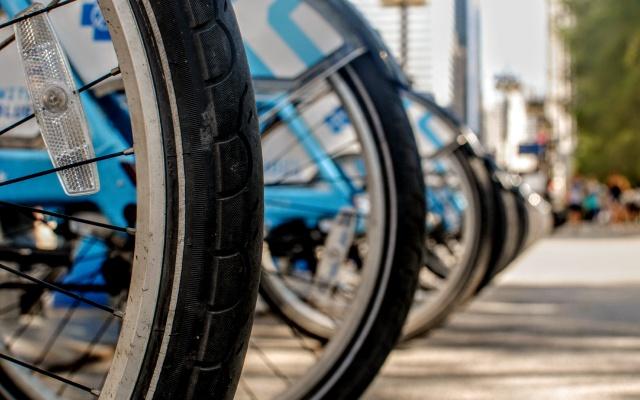 並んだ電動自転車のタイヤ