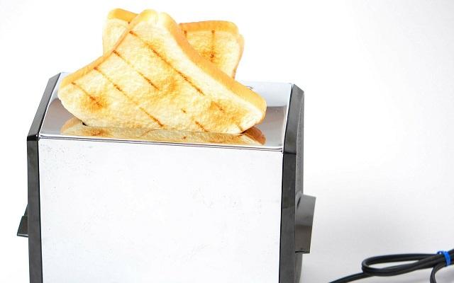 トーストが出ているポップアップトースター