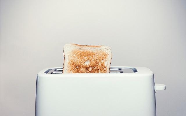 ポップアップトースターからトーストが出ている画像