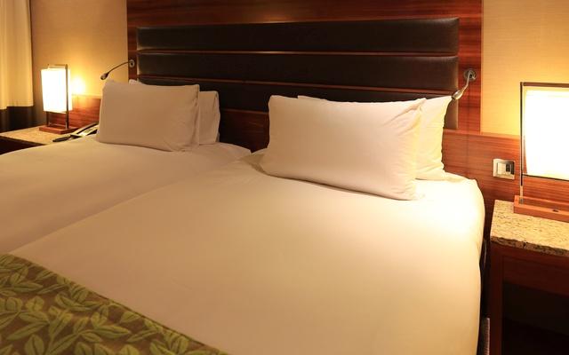 ベッド両脇に置かれたナイトライト