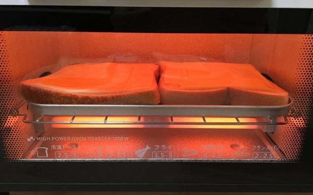 オーブントースター内で焼き上げ中のチーズトースト