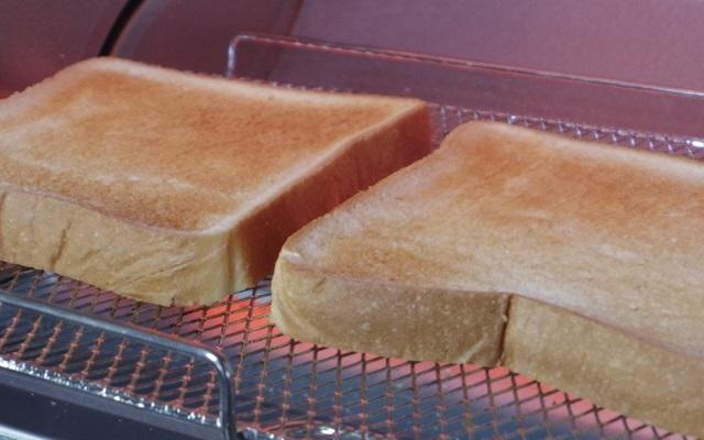 オーブントースター内で焼かれるトースト