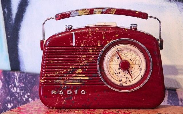 ダイヤル式の古いラジオ