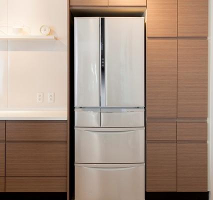 ピッタリと収まった冷蔵庫