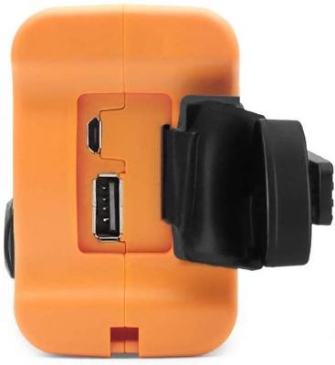 USB給電用の端子が見えるラジオ