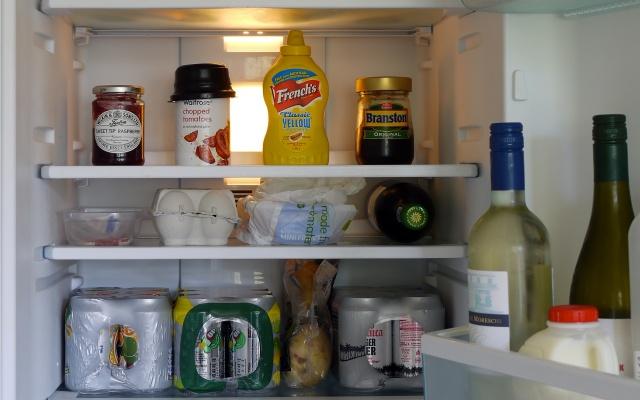 さまざまな食材が入った冷蔵庫