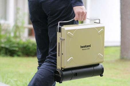 持ち手を使いカセットガスコンロを運んでいる画像