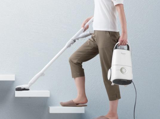 掃除機を持って階段を昇る
