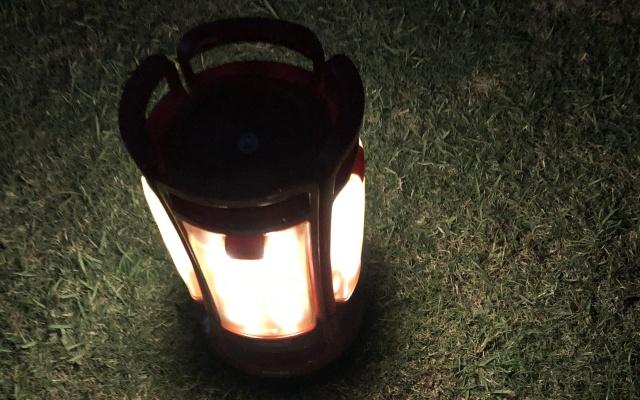 夜の屋外で光るLEDランタン