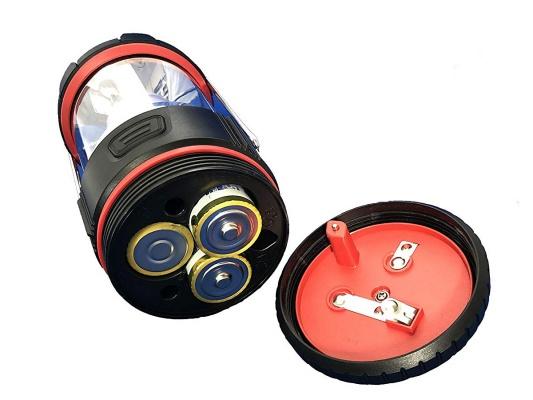 電池のふたを開けたLEDランタン