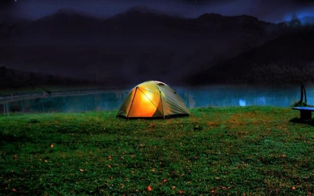 夜のテント内で光るランタン
