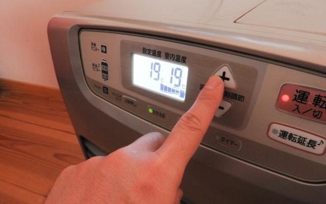 温度を上げている石油ファンヒーター