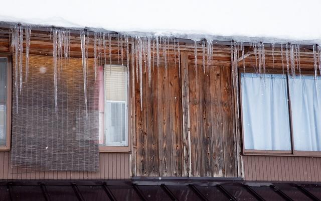 氷柱の下がった家