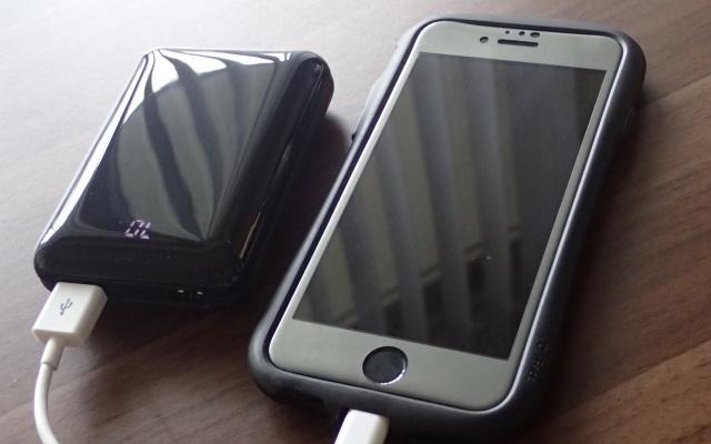 スマホに充電中のモバイルバッテリー