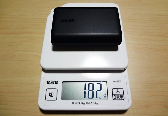 計量された182gのモバイルバッテリー