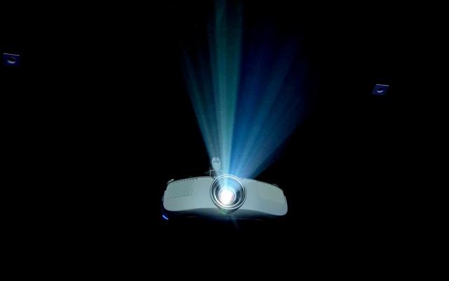 暗い場所で投影するプロジェクター