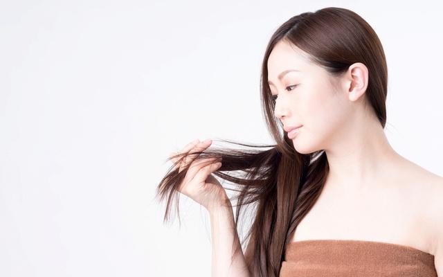 髪を触る女性