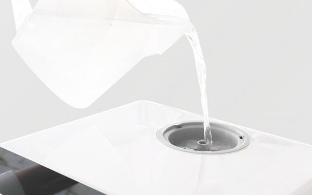 水を注がれるタンク式の食器洗い乾燥機
