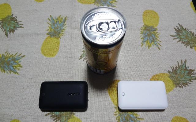 缶コーヒーと小型急速充電器