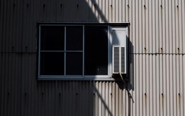 設置された窓用エアコン
